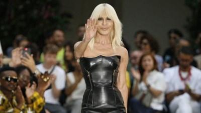 Michael Kors compra Versace e si trasforma in Capri Holdings ... ff517d009f